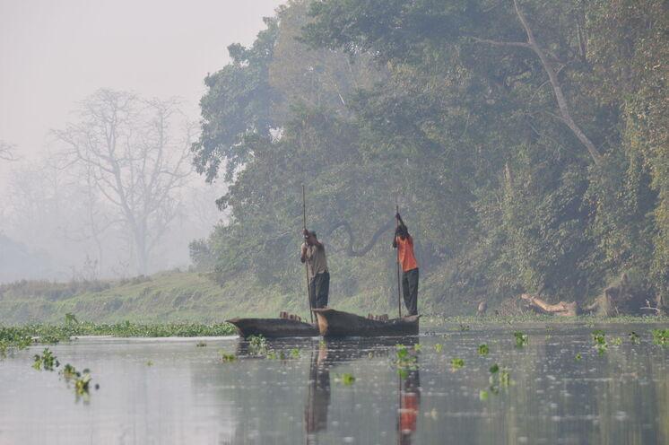 Mit dem Einbaum erkunden Sie den Chitwan Nationalpark