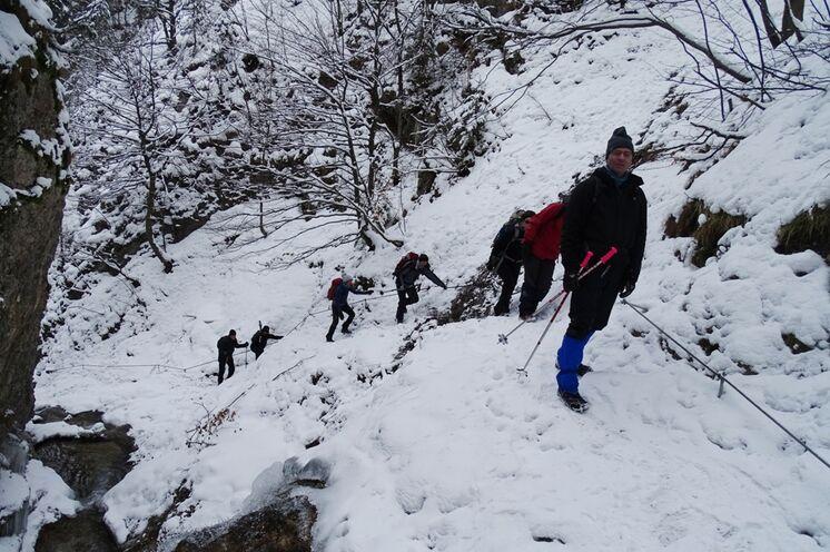 Abenteuerliche Wege führen durch die winterlichen Schluchten der Mala Fatra – entlang von teils imposant vereisten Felswänden