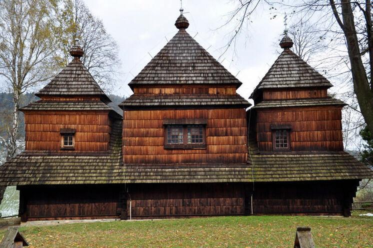 Sie besichtigen die historisch wertvollen und architektonisch interessanten Holzkirchen ...
