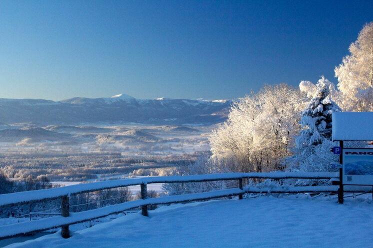 Blick von der Mufflonhütte über den Hirschberger Kessel zum Riesengebirge