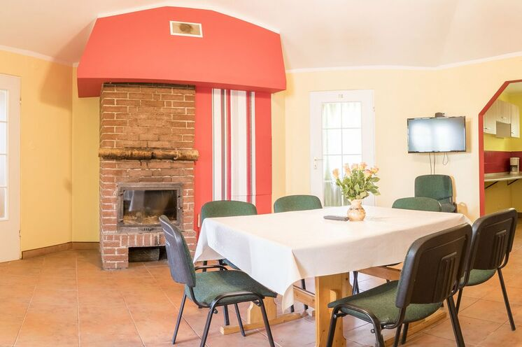 Jede der 3 Wohnhütten hat einen zentralen Raum mit einem gemütlichen Kamin