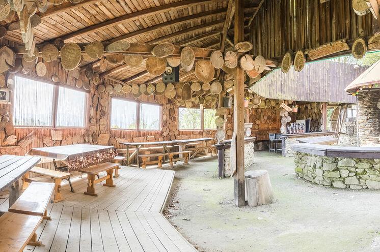 Der offene Teil der Mufflonhütte mit Grill