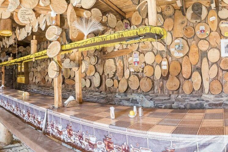 In der Mufflonhütte: zahlreiche Holztafeln, gestaltet und beschriftet von Gästen aus aller Welt