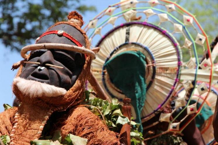"""2014 war im Gegensatz zu 2013 wieder die """"Lukuta""""-Maske zugegen (Holzmaske) und führte den Maskenzug an."""