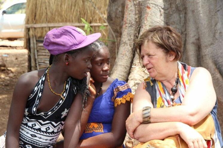 Zur Zeit des Kampfes zwischen den Jugendlichen und Maskenträgern verbleiben die Frauen und Kinder im Dorf - eine weitere, gute Gelegenheit, mit ihnen ins Gespräch zu kommen.
