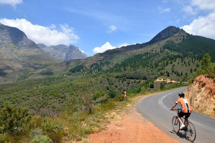 """Sie reisen """"multiaktiv"""" - d.h. nicht nur Wanderungen sind Teil der Rundreise, sondern auch zahlreiche Radtouren - hier am Bains Kloof Pass."""