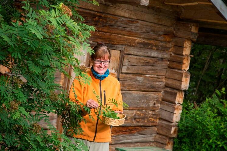 Vor Ihrem Besuch in der Rauchsauna am 7. Tag hält Ihre Reiseleiterin Minna einen Workshop zum Thema Kräuter, Beeren und Pilze