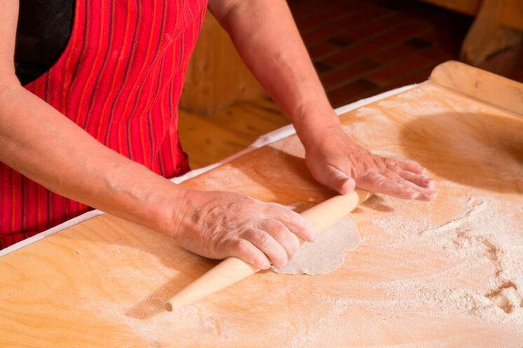 """Ihre Gastgeberin Ritva wird am 5. Tag mit Ihnen die finnische Spezialität """"karelische Piroggen"""" zubereiten"""