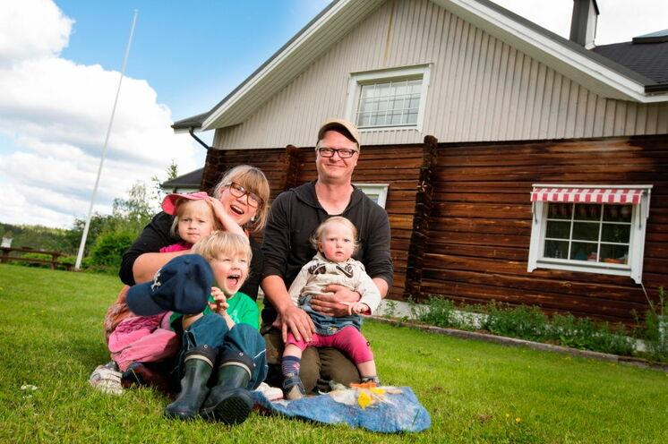 Das erste Gasthaus der Tour, Puukarin Pysäkki, mit der Wirtsfamilie. Ihre Gastwirtin Anni wird den ersten Workshop halten.