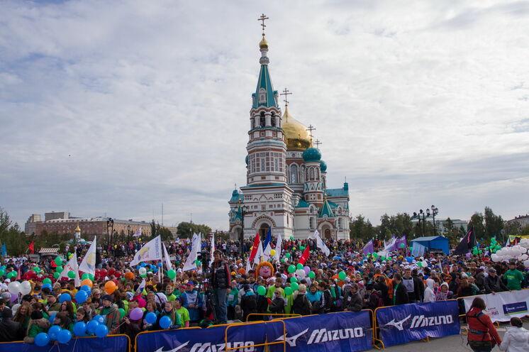 Omsk in Marathonstimmung. Start und Ziel, wie auch im Winter zum Eismarathon, vor einer der schönsten sibirischen Kirchen.