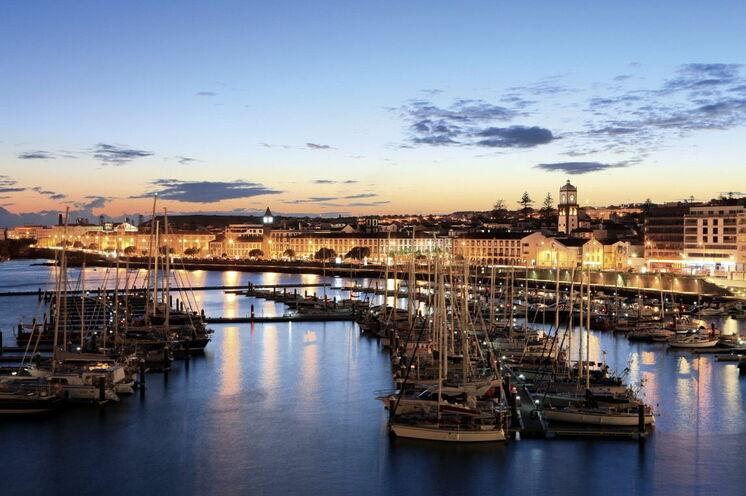 Silhouette der Hauptstadt Ponta Delgada - die bunteste Stadt des Archipels