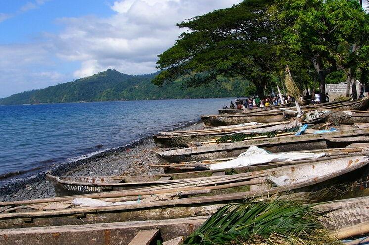 Fischerboote nahe der Cidade de São Tomé