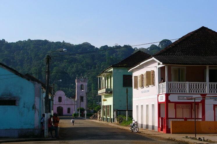 Staßenszene in Santo Antonio, der verschlafenen Hauptstadt von Príncipe