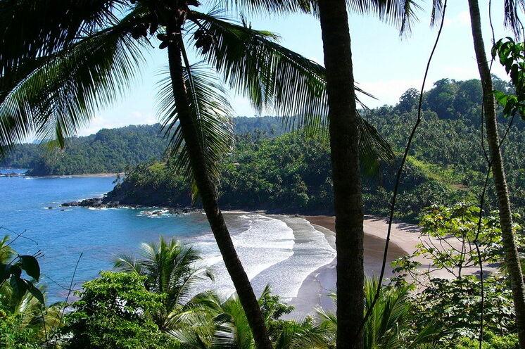 Urlaub und Wandern - Diese Rundreise verbindet Erleben und Erholen auf besondere Art. Hier: Ein Strand nahe der Roça São João des Angolares, Endpunkt einer Wanderung