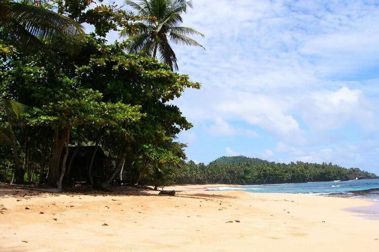 tropischer Strand auf São Tomé