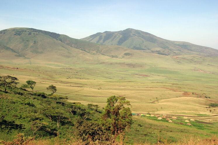 Am Kraterrand haben Sie fantastische Blicke auf Massai-Dörfer