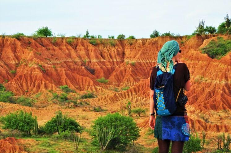 Die bizarre, farbintensive 330 km² großen Steinwüste Tatacoa erstrahlt zum Sonnenuntergang in saftigen Rottönen