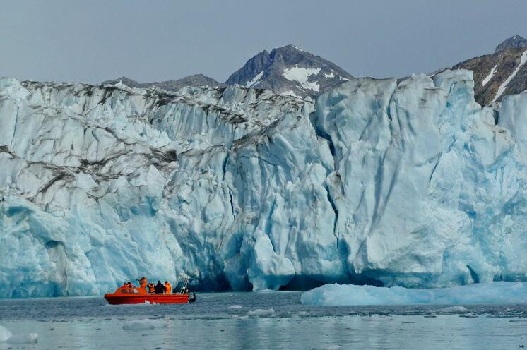 Während verschiedener Bootsfahrten kommen Sie mit Gletschern und Eisriesen auf Tuchfühlung
