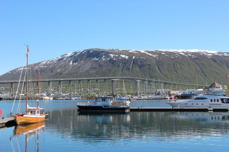 """Das Wahrzeichen vom Tromsö und Herausforderung auf der Marathondistanz: die Tromsøbrua (""""Tromsø-Brücke"""") - gut einen 1 km lang."""