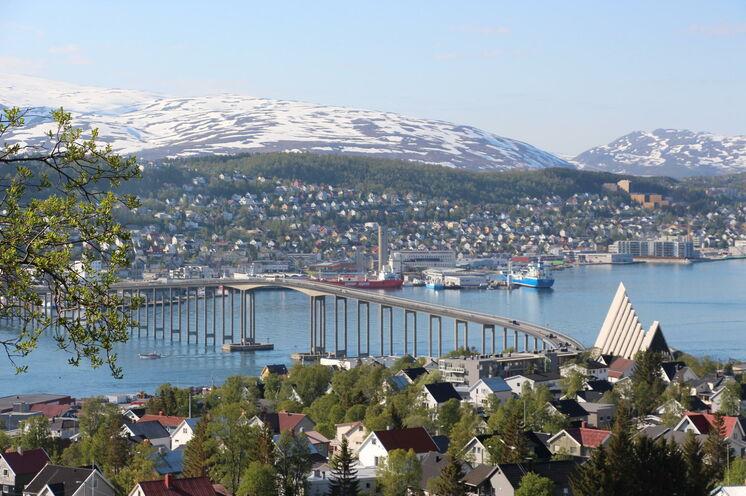 Die Tromsö-Brücke verbindet Festland und die Insel Tromsoya.