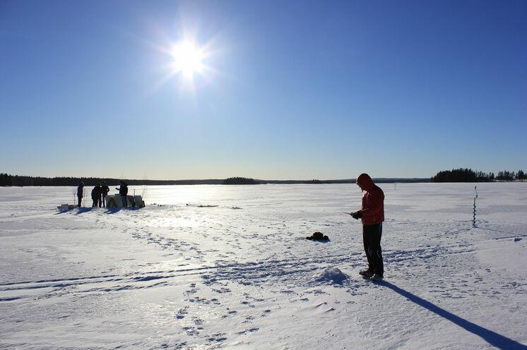 Eisangeln - ob mit Netz oder einer klassischen Angel - wie es richtig geht zeigt Ihnen unser Guide während eines optionales Ausfluges.