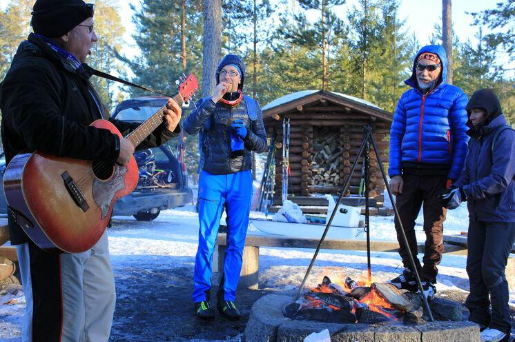 Nach dem Eisangeln wird es gemütlich. Mit Snacks, Kaffee, Tee und traditioneller Livemusik entspannt man gemeinsam am Lagerfeuer
