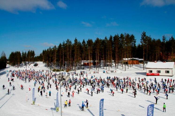 Nach dem Start geht es auf das über den ganzen Winter bestehende Volkssport- und Profi-Loipensystem.