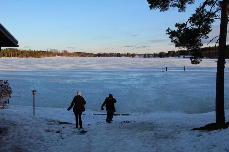Hinter unserem Hotel wie fast immer in Finnland - ein See...natürlich zugefroren und ideal zum Skifahren