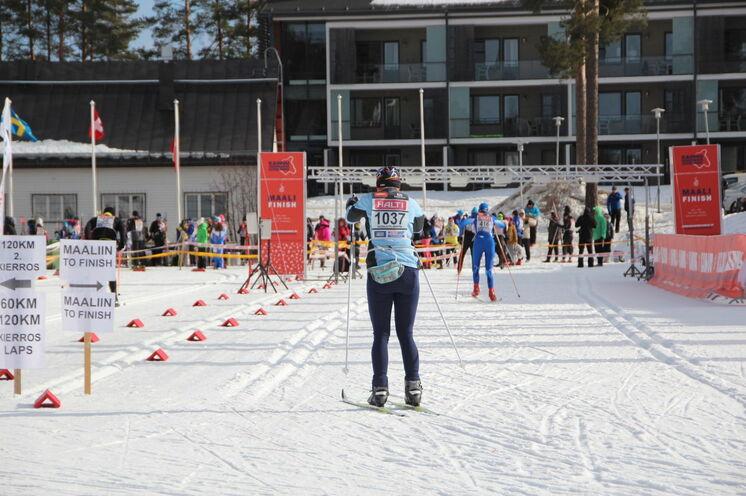 Zieleinlauf für alle Distanzen in Vuokatti (im Hintergrund die Chaletswohnungen unseres Hotels).