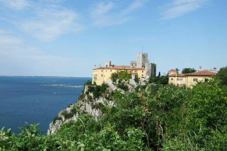 Auf einem Felsen direkt über dem Meer thront das Schloss Duino