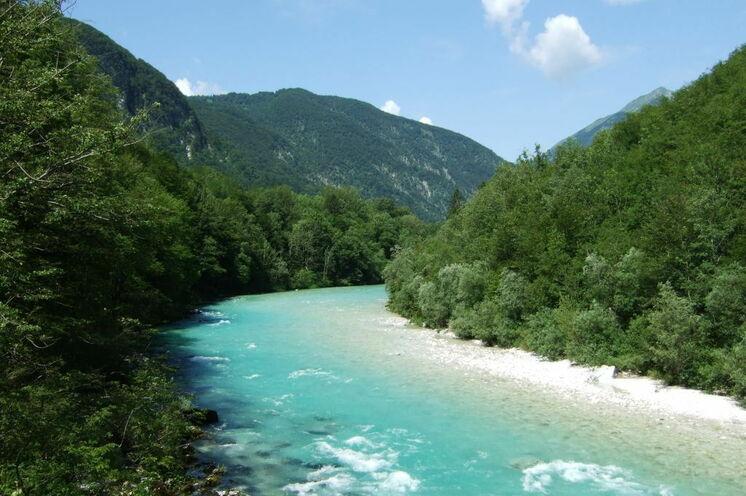 Immer wieder bieten sich schöne Ausblicke auf die Berge und die Soča