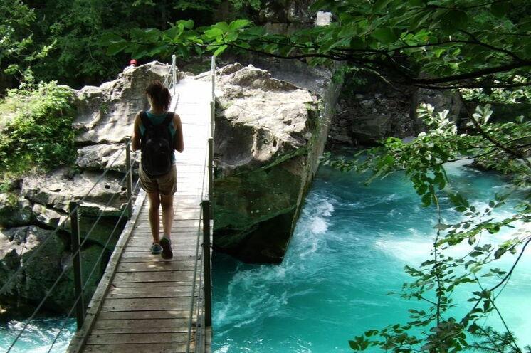 Auf kleinen Hängebrücken überqueren Sie mehrfach den leuchtenden Wildfluss