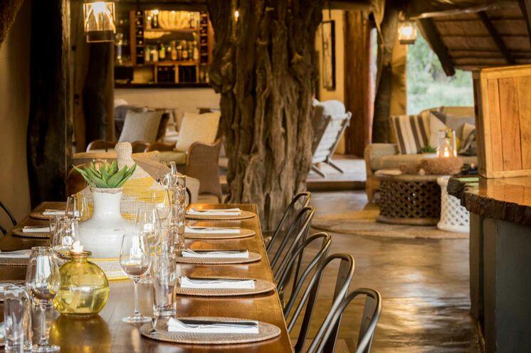 Ihre Unterkunft ist im typischen Safari-Stil offen gehalten. Nächtliche Besucher sind durchaus häufig. (© Africa On Foot)