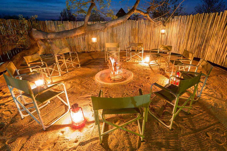 Die Boma des Camps ist Treffpunkt nach einem erfolgreichen Safari-Tag.  (© Africa On Foot)