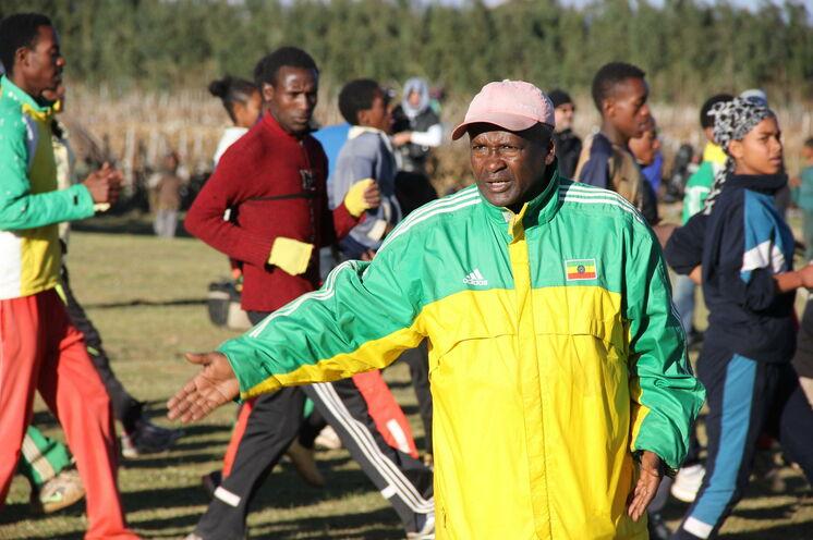 """Die Einheimischen nennen ihn nur den """"Coach"""" - Trainer Sentayehu Eshetu genießt größten Respekt und trainierte bereits Kenesia Bekele - Sie dürfen sich seinem Training für 1 Stunde anschließen!"""