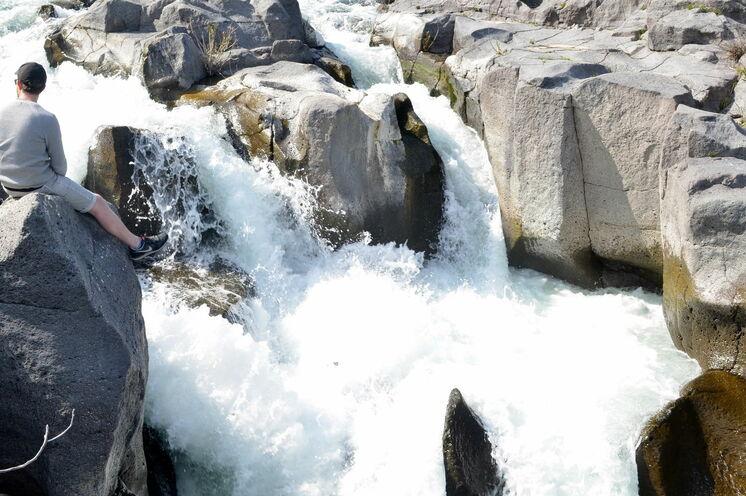 Lassen Sie bei einer kleinen Rast an den tosenden Wassern des Alcantara Flusses die Beine baumeln!