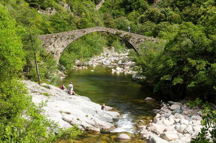 Architektonisches Highlight in der Spelunca-Schlucht ist die mittelalterliche Genueser Brücke