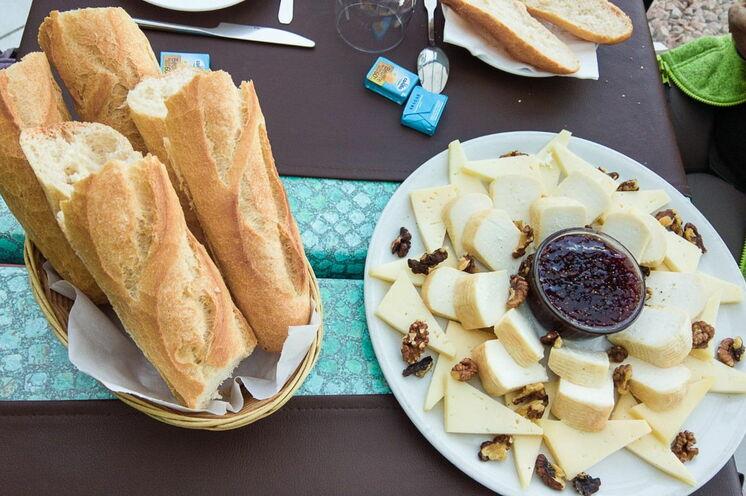 Gut gestärkt - Frühstück auf korsisch mit frischem Baguette, korsischem Käse und Feigenkonfitüre