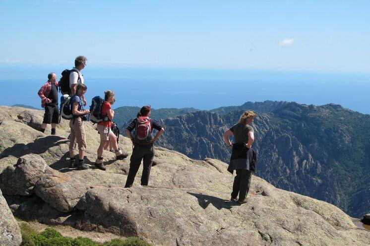 Über Berge hinweg aufs Meer blicken - auf Korsika ist das immer wieder möglich!