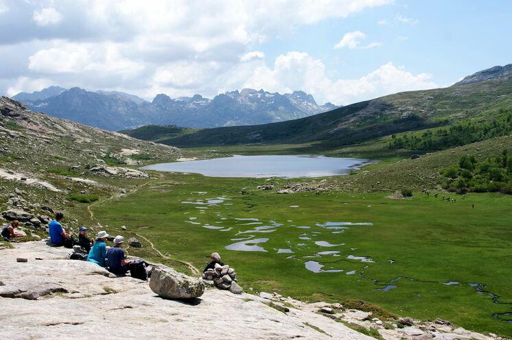 Die Wanderung zum Nino-See ist zweifelsohne eine der Schönsten auf Korsika. Auf dem Hochplateau genießen Sie Ruhe und den Blick auf die reiche Wasserwunderwelt des Nino-Sees (1743 m).