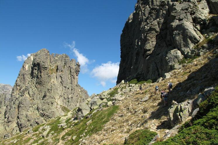 Auf anspruchsvollen Tageswanderungen erkunden Sie die Bergwelt Korsikas - wie hier auf dem GR20 zu den Bavella Felstürmen (5. Tag)
