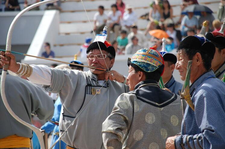 Das größte und wichtigste Fest der Mongolei ist das Naadam Fest. Die stolzen Mongolen messen sich im Bogenschießen, Ringen und Pferderennen.