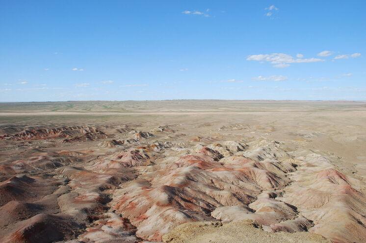 Auf Ihrem Weg Richtung Süden geht die Steppenlandschaft nach und nach in die karge Stille der Wüste über