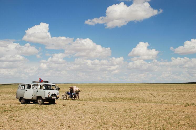 Kein anderes Gefährt bringt Sie so sicher durch die Wüste: Der Bus der Autoschmiede Uljanowski Awtomobilny Sawod, kurz UAZ