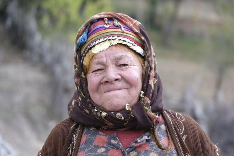 Nomadenfrau mit traditioneller Tracht auf der Taurusalm