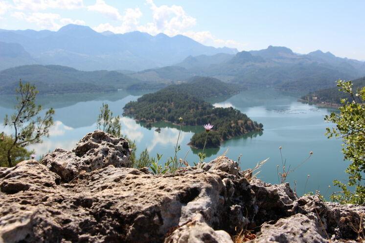 Blick auf den Karacaören-See und die ersten Ausläufer des Taurusgebirges