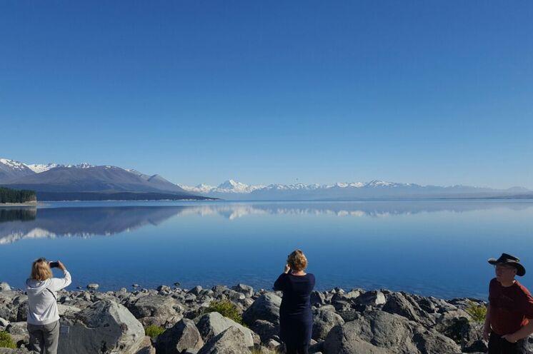 Unsere Teilnehmer genießen das traumhafte Panorama über den Lake Tekapo mit Blick zum Mount Cook. (11/2017)