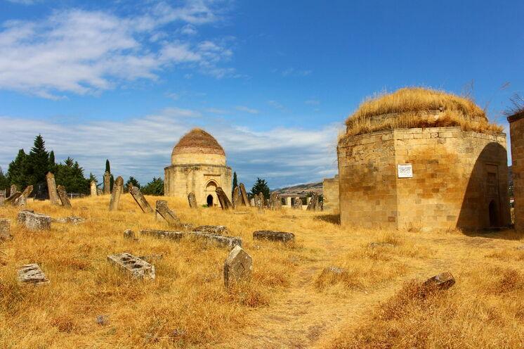 """Die """"Sieben Gräber"""" der Chane von Schirwan besuchen Sie auf dem Weg in Richtung Georgien"""