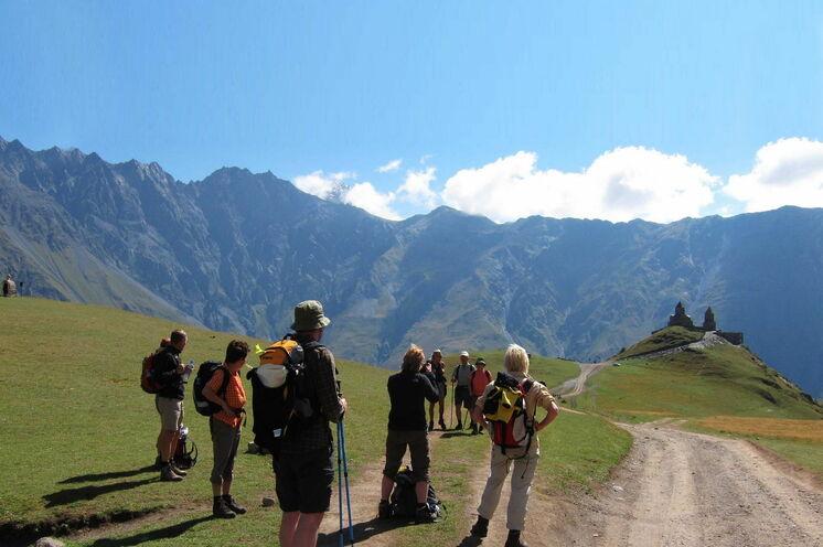 Der Große Kaukasus lädt zum Wandern ein und belohnt mit überwältigenden Ausblicken.