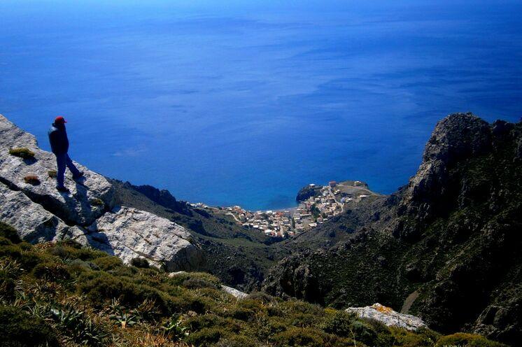Blick auf den tief liegenden Küstenort  Tris Eklisies